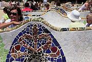 Spanje, Barcelona, 3-6-2005..Mensen zitten ontspannen in de bankjes van het park, parc Guell, ontworpen door Gaudi..Foto: Flip Franssen