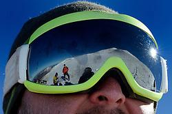 25-09-2012 ALGEMEEN: ELBRUS DIABETES EXPEDITIE: CAMP ONE <br /> Opweg naar de rotsen van Lentz op 4800 meter. Weerspiegeling bril Vladimir<br /> ©2012-FotoHoogendoorn.nl