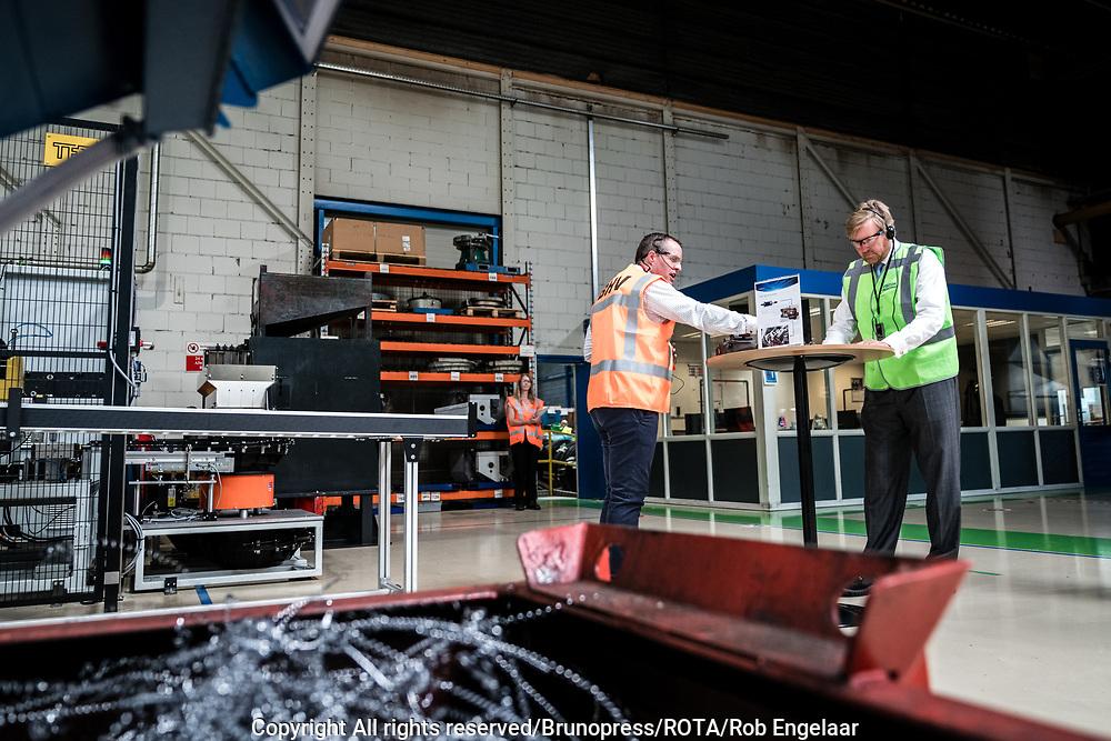 Koning bezoekt maakindustrie regio Eindhoven<br /> <br /> Koning Willem Alexander tijdens een werkbezoek aan Nedschroef in Helmond. Het bezoek staat in het teken van de impact van de coronapandemie op de maakindustrie, en in het bijzonder de automotive industrie.