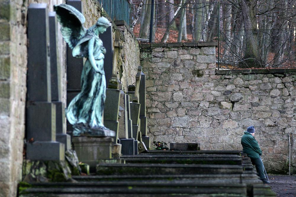 Karlovy Vary (Karlsbad)/Tschechische Republik, CZE, 14.12.06: Grabstätte mit einer Engelskulptur und Deutscher Inschrift auf dem Hauptfriedhof in Drahovice, Karlovy Vary (Karlsbad).<br /> <br />  Karlovy Vary (Karlsbad)/Czech Republic, CZE, 14.12.06: Statue of an angel and German language inscription decorating one of the family graves on the Central Cemetery in Drahovice, Karlovy Vary (Karlsbad).