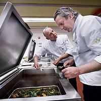Nederland, Amsterdam , 14 april 2014.<br /> Jaap Bonjer, hoofd van de afdeling heelkunde, en Bart van Nes, chef-kok. Onderwerp is hygiene.<br /> Foto:Jean-Pierre Jans