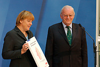 """30 SEP 2003, BERLIN/GERMANY:<br /> Angela Merkel, CDU Bundesvorsitzende, und Roman Herzog, Bundespraesident a.D. und Vorsitzender der Kommission, waehrend der Uebergabe des  Abschlussberichtes des CDU-Kommission """"Soziale Sicherheit"""", CDU Bundesgeschaeftstelle<br /> IMAGE: 20030930-02-011<br /> KEYWORDS: Renten-Kommission, Bundespräsident, Übergabe"""