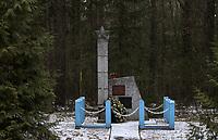 Starzyna, woj. podlaskie, 13.02.2018. W gminie Dubicze Cerkiewne w woj. podlaskim znajduja sie trzy pomniki do usuniecia podlegajace ustawie dekomunizacyjnej . Powinny byc zdemontowane do konca marca 2018 roku N/z pomnik lejtnanta Armii Czerwonej Dymitra Moskalenki fot Michal Kosc / AGENCJA WSCHOD