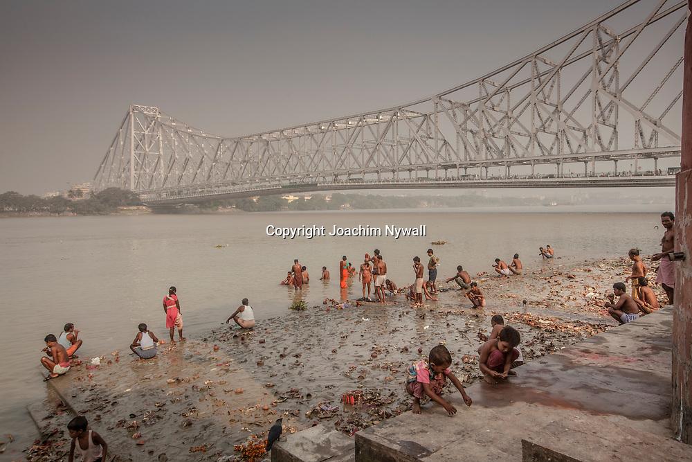 2014 10 29  Kolkata Calcutta <br /> West Bengal India Indien<br /> Malik Ghat  folkliv vid floden Hooghly eller morgon ritualer vid Ganges<br /> Howrah bron i bakgrunden<br /> <br /> <br /> ----<br /> FOTO : JOACHIM NYWALL KOD 0708840825_1<br /> COPYRIGHT JOACHIM NYWALL<br /> <br /> ***BETALBILD***<br /> Redovisas till <br /> NYWALL MEDIA AB<br /> Strandgatan 30<br /> 461 31 Trollhättan<br /> Prislista enl BLF , om inget annat avtalas.