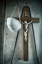 Il crocifisso e la mascherina, il sacro e il profano