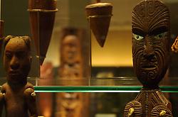 Esculturas de madeira, com mais de 100 anos, estão entre os principais destaques do Auckland War Memorial. Os bonecos com características específicas simbolizam os traços guerreiros dos Maoris, povo de origem polinésia que foi o primeiro a se estabelecer em terras neozelandesas. FOTO: Lucas Uebel/Preview.com