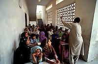 """Pakistan - """"Shiddis """", esclaves de l'empire des Indes - Province du Sind - Karachi -  Lyari, district surpeuplé du sud de Karachi abrite la plus forte concentration de Shiddis du Pakistan. Dans ce Harlem pakistanais, les Noirs prédominent surtout dans les ghettos pouilleux et malodorants de Baghdadi et Bombasa, quartiers à problèmes ravagés par la drogue, enclave où le taux de chômage peut atteindre 40 à 50% - Abdul, enseignant, est devenu instituteur bénévol pendant ses temps libre pour éduquer les enfants Shiddi non scolarisés. // Pakistan, Shiddi, the black of Pakistan with African origine"""