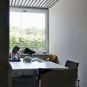 Nederland, Nijmegen, 28-6-2019Een student studeert in een aparte ruimte, kamer, in de ub, universiteitsbibliotheek van de Radboud universiteit nijmegen. Ze heeft zich goed geinstalleerd met eten en drinken bij de hand. Veel studenten gaan naar de gebouwen van de universiteit om een rustige leeromgeving te hebben die ze in het studentenhuis niet vinden.Foto: Flip Franssen