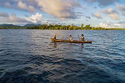 Luftaufnahme von Russell Islands mit Kindern im Kanu, Salomonen, Salomonensee / Aerial View of Russel Islands with children in a canoe, Solomon Islands, Solomon Sea