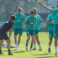 15.09.2020, Trainingsgelaende am wohninvest WESERSTADION - Platz 12, Bremen, GER, 1.FBL, Werder Bremen Training<br /> <br /> Aufwaermtraining<br /> Henrik Frach (Athletik-Trainer SV Werder Bremen )<br /> Oscar Schoenfelder / Schönfelder (Werder Bremen / Neuzugang 16)<br /> Nick Woltemade (werder Bremen #41)<br /> Marco Friedl (Werder Bremen #32)<br /> <br /> <br /> <br /> Foto © nordphoto / Kokenge