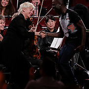 NLD/Haarlem/20121002- Opname AVRO's programma Maestro, Kleine Viezerik bedankt concertmeester Tinta Schmidt von Altenstadt