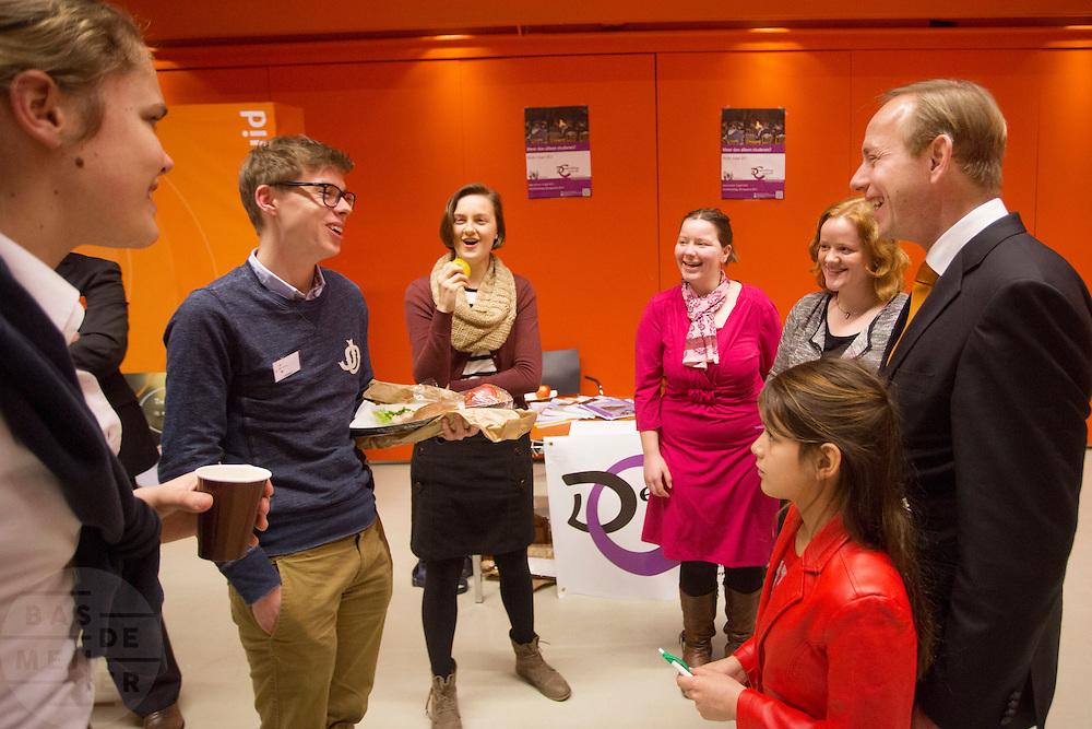 SGP voorman Kees van der Staaij (rechts) praat met enkele jongeren van de SGP. In Utrecht wordt de SGP Jongerendag gehouden. Tijdens de jongerendag wordt dit jaar het thema veiligheid behandeld. De SGP heeft de grootste politieke jongerenpartij van Nederland.