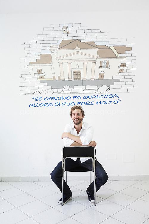 """PALERMO, ITALIA - 18 OTTOBRE 2014: Alessandro d'Avenia (37), insegnante e scrittore di tre romanzi, """"Bianca come il latte, rossa come il sangue"""" (2010) , """"Cose che nessuno sa"""" (2011) e Ciò che inferno non è che uscirà il 28 Ottobre 2014, ripercorre i luoghi del suo ultimo romanzo a Palermo, il 18 ottobre 2014."""