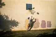 Petra, Mallorca, Boy practice basketbal. 08-08-2018