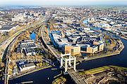 Nederland, Zuid-Holland, Goud, 18-02-2015. Goudse Poort, Gouwekanaal en recht rivier de Nieuwe Gouwe. De spoorbrug is een viersporige hefbrug (de derde Gouwespoorbrug of Hoge Gouwebrug).<br /> View on the city of Gouda eastwards, railway crossing the river Gouwe.<br /> luchtfoto (toeslag op standard tarieven);<br /> aerial photo (additional fee required);<br /> copyright foto/photo Siebe Swart