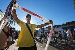 Ambulante vende faixas e adereços para o público momentos antes do show da Madonna, no estadio Olimpico, em Porto Alegre. FOTO: Jefferson Bernardes/Preview.com