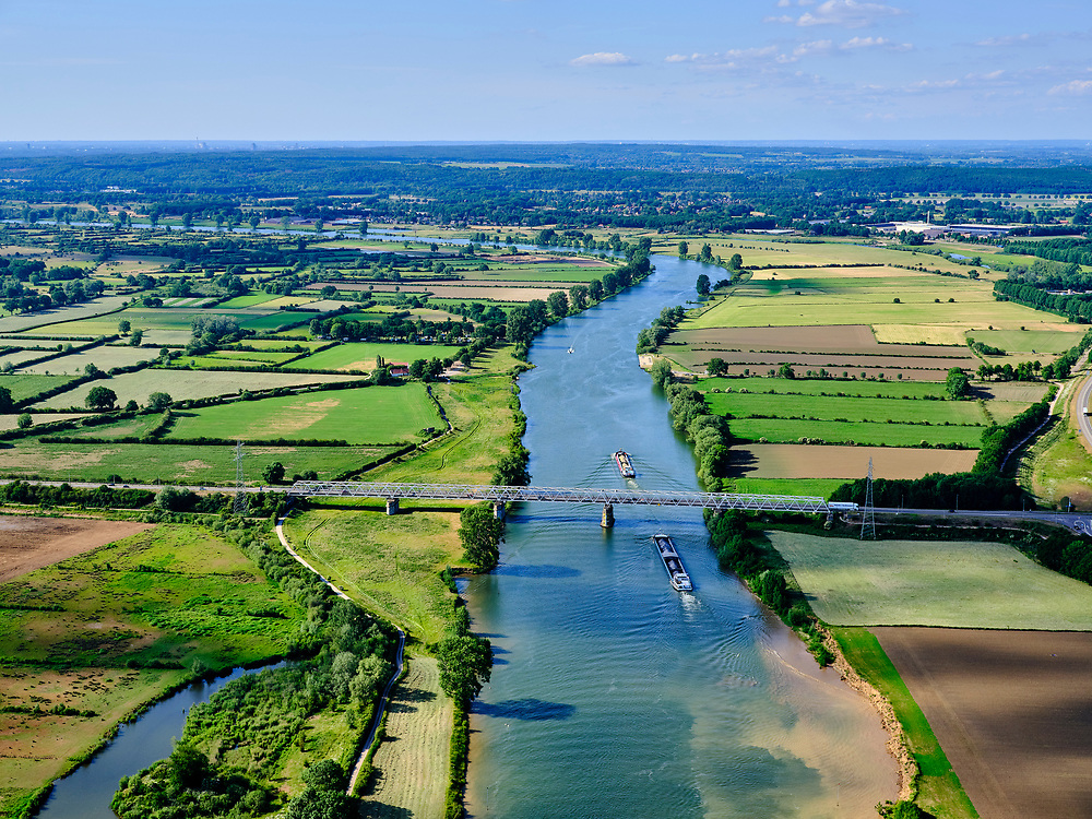 Nederland, Noord-Brabant, Gemeente Boxmeer; 27-05-2020; rivier de Maas, tussen Oeffelt en Gennep (re). De rivier vormt de grens tussen Noord-Limburg (links) en Limburg. Maasbrug Gennep in de N264.<br /> River Maas, between Oeffelt and Gennep (re). The river forms the border between North Limburg (left) and Limburg. Maasbrug Gennep in the N264.<br /> <br /> aerial photo (additional fee required)<br /> copyright © 2020 foto/photo Siebe Swart