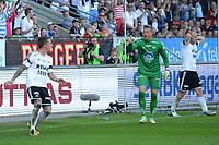 """Fotball Tippeligaen Rosenborg - Molde<br /> 20 mai 2013<br /> Lerkendal Stadion, Trondheim<br /> <br /> <br /> <br /> Rosenborgs Nicki Bille Nielsen har akkurat """"stuphandset"""" ballen i mål og får gult kort av dommer Tom Harald Hagen. Moldes keeper Ørjan Nyland (midten) er rasende. Rosenborgs Mikael Dorsin (H) ser noe oppgitt ut<br /> <br /> <br /> <br /> Foto : Arve Johnsen, Digitalsport"""