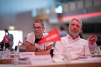 DEU, Deutschland, Germany, Berlin, 22.08.2020: Carsten Schatz, Linke-Fraktionsvorsitzender im Berliner Abgeordnetenhaus, und Sebastian Scheel (Die Linke), Senator für Stadtentwicklung und Wohnen, beim Landesparteitag von DIE LINKE im Estrel Convention Center in Neukölln. Es ist der erste nicht-virtuelle Parteitag einer Partei in der Corona-Pandemie. Es gelten strikte Abstands- und Hygieneregeln sowie Maskenpflicht (ausser an den Plätzen), so sollen Ansteckungen mit dem Coronavirus vermieden werden.