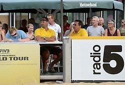 17-07-2014 NED: FIVB Grand Slam Beach Volleybal, Apeldoorn<br /> Poule fase groep A mannen - Reinder Nummerdor (1), Steven van de Velde (2) NED, Chaim Schalk (1), Ben Saxton (2) CAN / officials FIVB