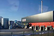 Nederland, Elst, 19-1-2017Een vrachtwagen lost een lading vloeibare suiker bij de Heinz conservenfabriek. (Foto genomen vanuit de trein.)Foto: Flip Franssen