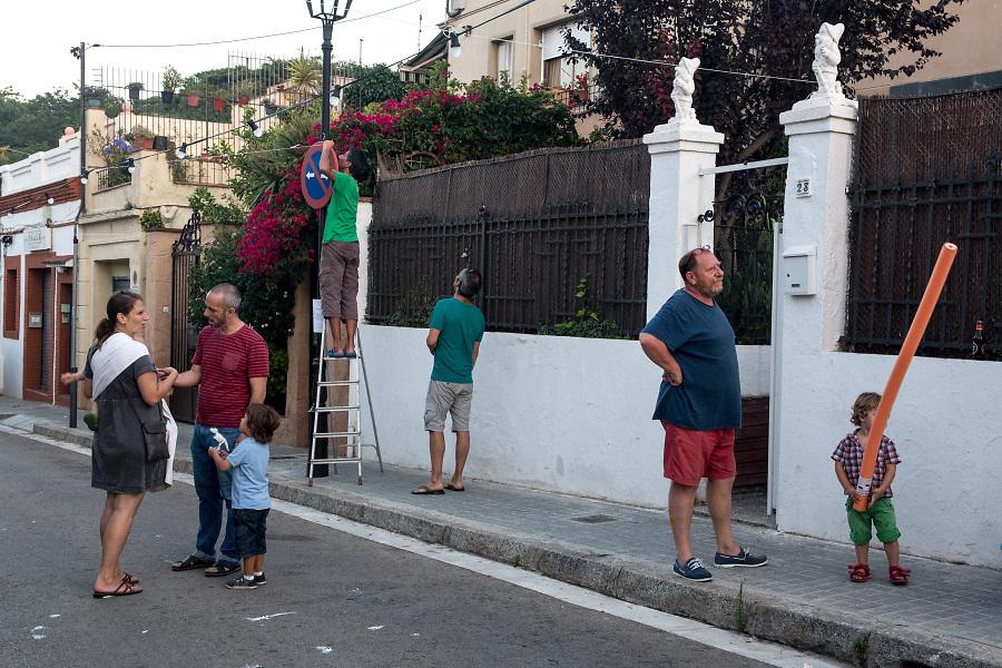 /ES/ Los vecinos se preparan para la fiesta de la calle.
