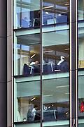 Engeland, Londen, 10-4-2019 Straatbeeld van het centrum van de stad. Kantoor met ,mensen aan het werk in the city, het zakendistrict van de stad . financial,district,banken,financiele, kantoorpersoneel,witte,boorden,Foto: Flip Franssen