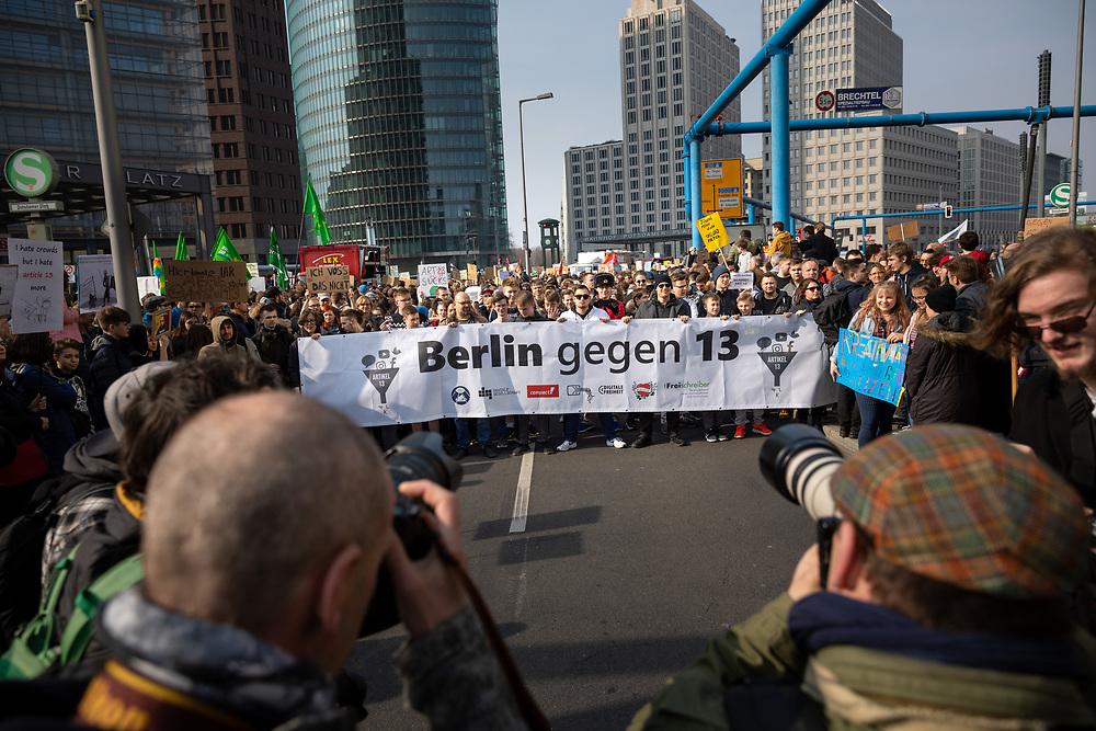 """Mehrere zehntausend Menschen protestieren in Berlin unter dem Motto """"Save your Internet"""" gegen die geplante EU-Urheberrechtsreform. Die Demonstranten kritisieren den geplanten Artikel 13 der Reform, der Internetanbieter verpflichtet, urheberrechtlich geschützte unlizenzierte Inhalte zu entfernen. Sie befürchten, dass dies durch sogenannte Uploadfilter geschieht. Demonstranten mit Banner: Berlin gegen 13.<br /> <br /> [© Christian Mang - Veroeffentlichung nur gg. Honorar (zzgl. MwSt.), Urhebervermerk und Beleg. Nur für redaktionelle Nutzung - Publication only with licence fee payment, copyright notice and voucher copy. For editorial use only - No model release. No property release. Kontakt: mail@christianmang.com.]"""