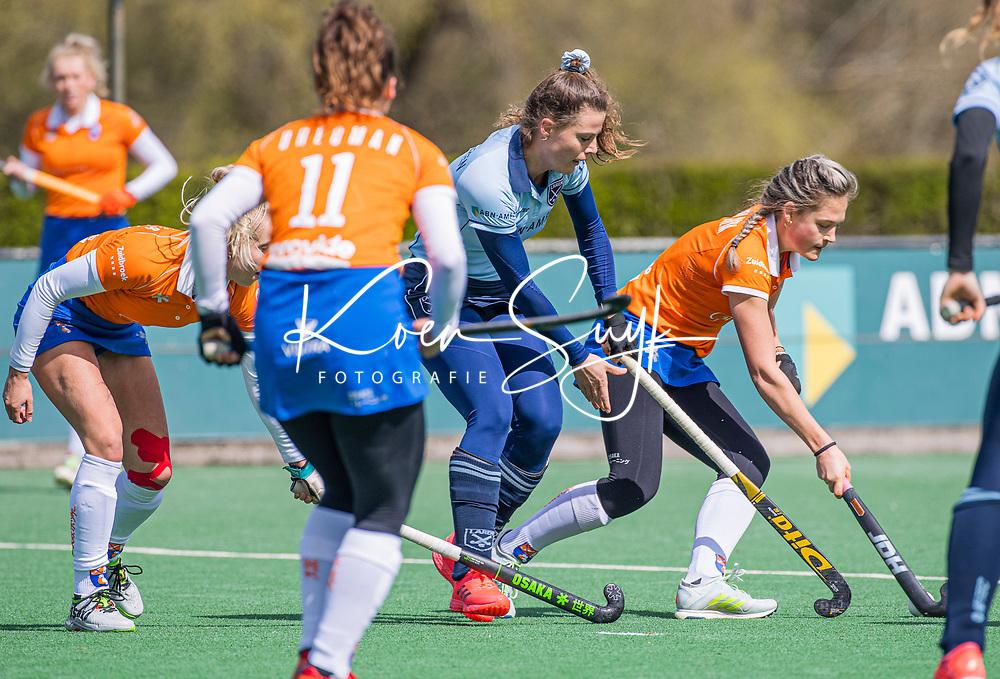 BLOEMENDAAL -Malou Nanninga (Bldaal) met Pam van Asperen (Laren)    tijdens de hoofdklasse hockeywedstrijd dames , Bloemendaal-Laren (5-1).  COPYRIGHT  KOEN SUYK