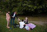 DEU, Deutschland, Germany, Berlin, 08.09.2016: SPD-Vize Ralf Stegner und die Abgeordnetenhauskandidatin Derya Caglar (SPD) beim Walk and Talk im Gespräch mit Neuköllner Bürgern im Park am Buschkrug im Rahmen des Berliner Wahlkampfs.