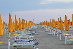 THEMENBILD - gelbe Sonnenschirme und leere Liegestühle an einem Sandstrand, aufgenommen am 16. Juni 2018, Lignano Sabbiadoro, Österreich // Colorful umbrellas and empty beach chairs on a sandy beach on 2018/06/16, Lignano Sabbiadoro, Austria. EXPA Pictures © 2018, PhotoCredit: EXPA/ Stefanie Oberhauser