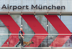 06.06.2015, Flughafen, Muenchen, GER, G7 Gipfeltreffen auf Schloss Elmau, im Bild ein Polizist mit einem Polizei Hund patrouilliert am Flughafen München // a police officer with a police dog patrols at Munich Airport before the G7 summit which will be held from 7th to 8th June 2015 in Schloss Elmau near Garmisch Partenkirchen. Munich, Germany on 2015/06/06. EXPA Pictures © 2015, PhotoCredit: EXPA/ JFK