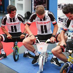 28-06-2017: Wielrennen: Tour Sunweb persmoment: Dusseldorf<br />Nieuw materiaal uitproberen denken Michael Matthews, Niklas Arndt en Roy Curvers