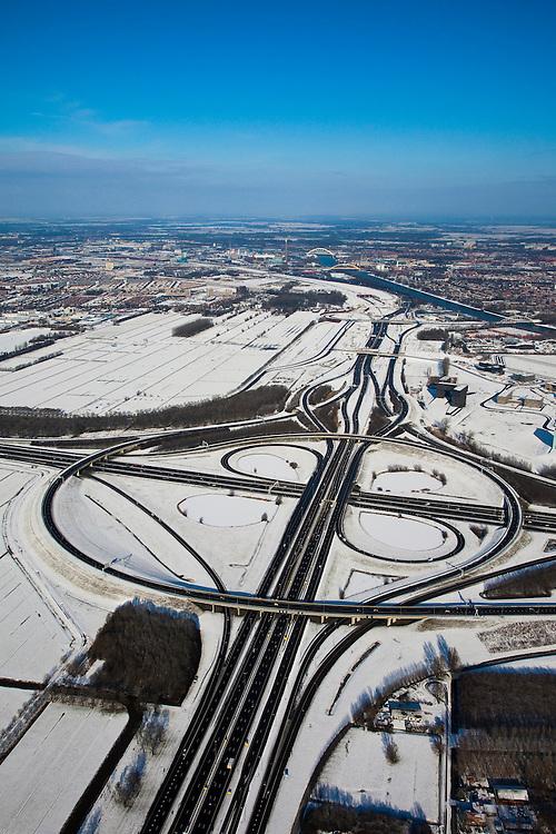 Nederland, Utrecht, Oudenrijn, 31-01-2010; knoopppunt Oudenrijn in de sneeuw, gezien in de richting van de A2, naar Amsterdam, Leidsche Rijn en Lage Weide en Amsterdam-Rijnkanaal aan de horizon. Rijksweg A2 vlnr Amsterdam.Oudenrijn junction, near Utrecht;<br /> luchtfoto (toeslag), aerial photo (additional fee required).foto/photo Siebe Swart