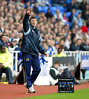 Fotball<br /> 2004/2005<br /> Foto: SBI/Digitalsport<br /> NORWAY ONLY<br /> <br /> Reading v Burnley<br /> The League Championship. 02/10/2004<br /> <br /> Burnley Manager Steve Cotterill, looks on as his team  are held
