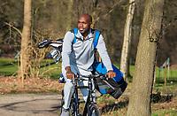 ARNHEM - Atleet Churandy Martina , sprinter, per fiets op weg naar de Edese golfbaan, Churandy is een enthousiast golfer.  COPYRIGHT KOEN SUYK