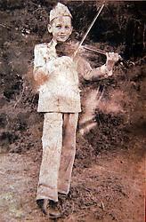 Dom Claudio Hummes, então com 10 anos (1944) no seminário aprendendo a tocar violino.FOTO REPRODUÇÃO: Jefferson Bernardes/Preview.com