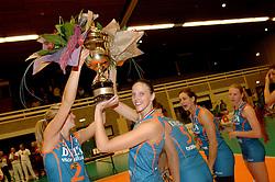 08-10-2006 VOLLEYBAL: SUPERCUP DELA MARTINUS - PLANTINA LONGA: DOETINCHEM<br /> Martinus wint vrij eenvoudig met 3-0 van Longa en pakt de Supercup / Susan van de Heuvel en Chaine Staelens<br /> ©2006: WWW.FOTOHOOGENDOORN.NL