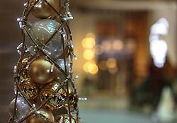 THEMENBILD - Christbaum-Kugeln und weihnachtliche Dekoration, aufgenommen am 02. Dezember 2017, Innsbruck, Österreich // Christmas tree balls and Christmas decoration on 2017/12/02, Innsbruck, Austria. EXPA Pictures © 2017, PhotoCredit: EXPA/ Stefanie Oberhauser