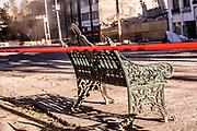 Frente al edificio de Álvaro Obregón 286, donde murieron 49 personas durante el sismo, una banca luce acordonada mientras algunos los escombros permanecen en el lugar, el 7 de noviembre de 2017. El gobierno de la Ciudad de México anunció planes para expropiar el terreno y construir un memorial a las víctimas. // In front of Álvaro Obregón 286 buiding, where 49 people died, a bench is seen surrounded by security cords and the debris stays in the place on November 7th, 2017. City Government plans to expropiate the terrain to build a memorial for the victims of the earthquake.  (Prometeo Lucero)