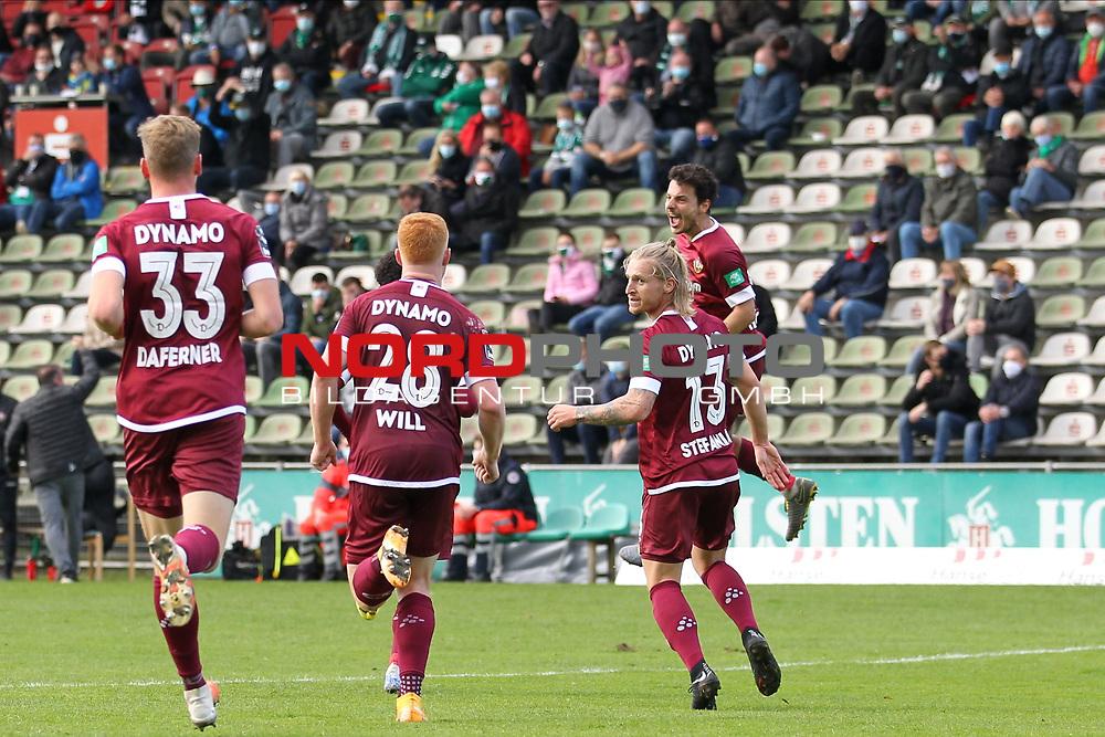 17.10.2020, Dietmar-Scholze-Stadion an der Lohmuehle, Luebeck, GER, 3. Liga, VfB Luebeck vs SG Dynamo Dresden <br /> <br /> im Bild / picture shows <br /> Torjubel/Jubel. Torschütze/Torschuetze Philipp Hosiner (SG Dynamo Dresden)  jubelt ueber das Tor zum 0:1 <br /> <br /> DFB REGULATIONS PROHIBIT ANY USE OF PHOTOGRAPHS AS IMAGE SEQUENCES AND/OR QUASI-VIDEO.<br /> <br /> Foto © nordphoto / Tauchnitz