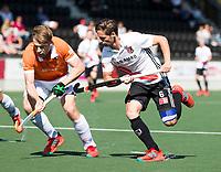 AMSTELVEEN  - Hockey -  1e wedstrijd halve finale Play Offs dames.  Amsterdam-Bloemendaal (5-5), Bl'daal wint na shoot outs.  Caspar van Dijk (A'dam)   met Mats de Groot (Bldaal)   COPYRIGHT KOEN SUYK