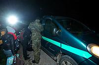 Okolice Michalowa, woj. podlaskie, 06.10.2021. W lesie aktywisci z grup pomocowych odnalezli w lesie uchodzcow, ktorzy pare dni wczesniej przekroczyli nielegalnie granice polsko-bialoruskiej, dwa malzenstwa irackich Kurdow z dziecmi w wieku 1 roku i 3 lat. Po 1,5 godzinie oczekiwania, patrol SG zabral uchodzcow do placowki Strazy Granicznej w Michalowie. N/z Straz Graniczna zabrala kurdyjskich uchodzcow do placowki SG w Michalowie fot Michal Kosc / AGENCJA WSCHOD