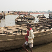 CAPTION: Near the pontoon bridge connecting the island with Patna, sand miners carry headloads of sand from the Ganges into waiting boats for the building industry. LOCATION: Diara Rasulpur, Saran District, Bihar, India. INDIVIDUAL(S) PHOTOGRAPHED: N/A.