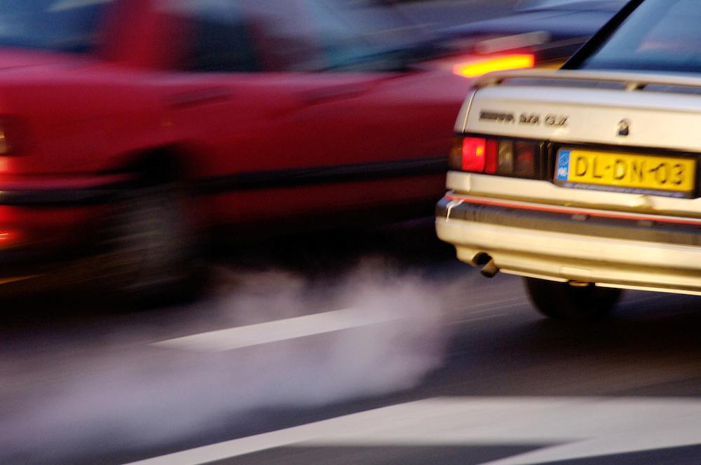 Nederland,  Rotterdam 9 dec 2005..Druk verkeer in de stad. Avondspits. Schemering. .Dampende uitlaten met uitlaatgas, uitstoot, co2, roet. fijn stof.Mobiliteit, verkeer, verkeersdrukte, spitsuur. luchtkwaliteit, .  .Foto (c) Michiel Wijnbergh<br />