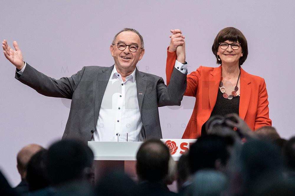 06 DEC 2019, BERLIN/GERMANY:<br /> Norbert Walter-Borjans (R), SPD, Minister a.D., Kandidat fur das Amt des Parteivorsitzenden, Saskia Esken (L), MdB, SPD, Kandidatin fuer das Amt der Parteivorsitzenden, nach ihren Bewerbungsreden und vor der Wahl der Parteivorsitzenden, SPD Bundesprateitag, CityCube<br /> IMAGE: 20191206-01-044<br /> KEYYWORDS: Party Congress, Parteitag, klatschen, applaudieren, Applaus