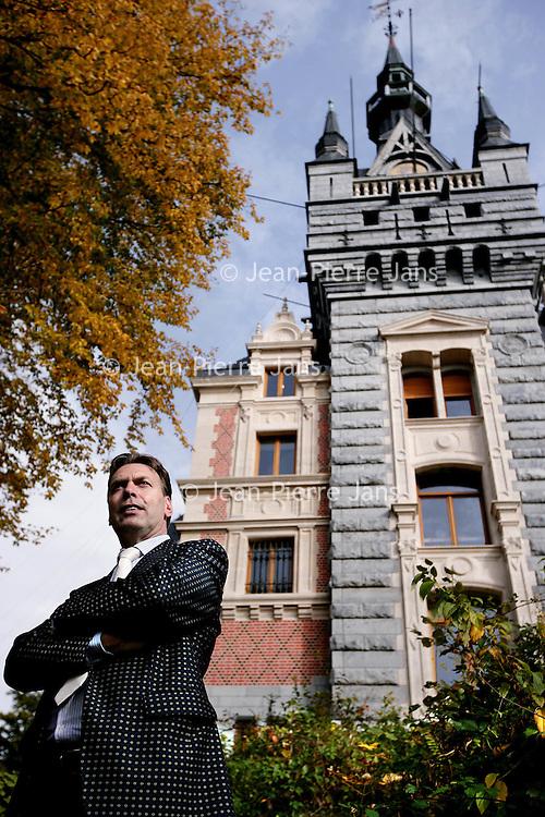 Belgie,Esneux ,20 oktober 2008..Arthur Paes Vastgoedhandelaar en Koning van Somey (Ghana) voor zijn kasteel in Esneux. Real Estate dealer and king of Somey (Ghana) Arthur Paes at  his castle in Esneux, Belgium