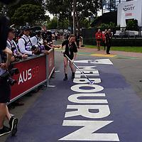 13.03.2020, Albert-Park, Melbourne, FORMULA 1 ROLEX AUSTRALIAN GRAND PRIX 2020<br /> , im Bild<br />Das Rennen in Melbourne ist abgesagt worden, Grund die Ausbreitung des Coronavirus (COVID-19)<br />Putzkräfte reinigen das Melbourne Logo<br /> <br /> Foto © nordphoto / Bratic