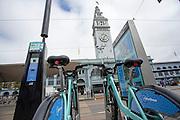 Een station van Bay Area Bike Share, het deelfietssysteem in San Francisco. Het openbaar huursysteem is vanaf 2013 operatief in San Francisco en bestaat momenteel uit ongeveer 700 fietsen verdeeld over 70 geautomatiseerde stations. De fietsen kunnen bij elk station worden gepakt en op een willekeurig ander station worden neergezet. Per rit is het eerste half uur gratis, de huurfietsen zijn bedoeld voor korte ritten.<br /> <br /> A station of Bay Area Bike Share, the bike sharing system in San Francisco. The public rental system has been operative since 2013 in San Francisco and currently consists of about 700 bikes spread over 70 automated stations. The bikes can be picked up at each station and put down at any other station. Per trip, the first half hour is for free. The rental bicycles are provided for short journeys.