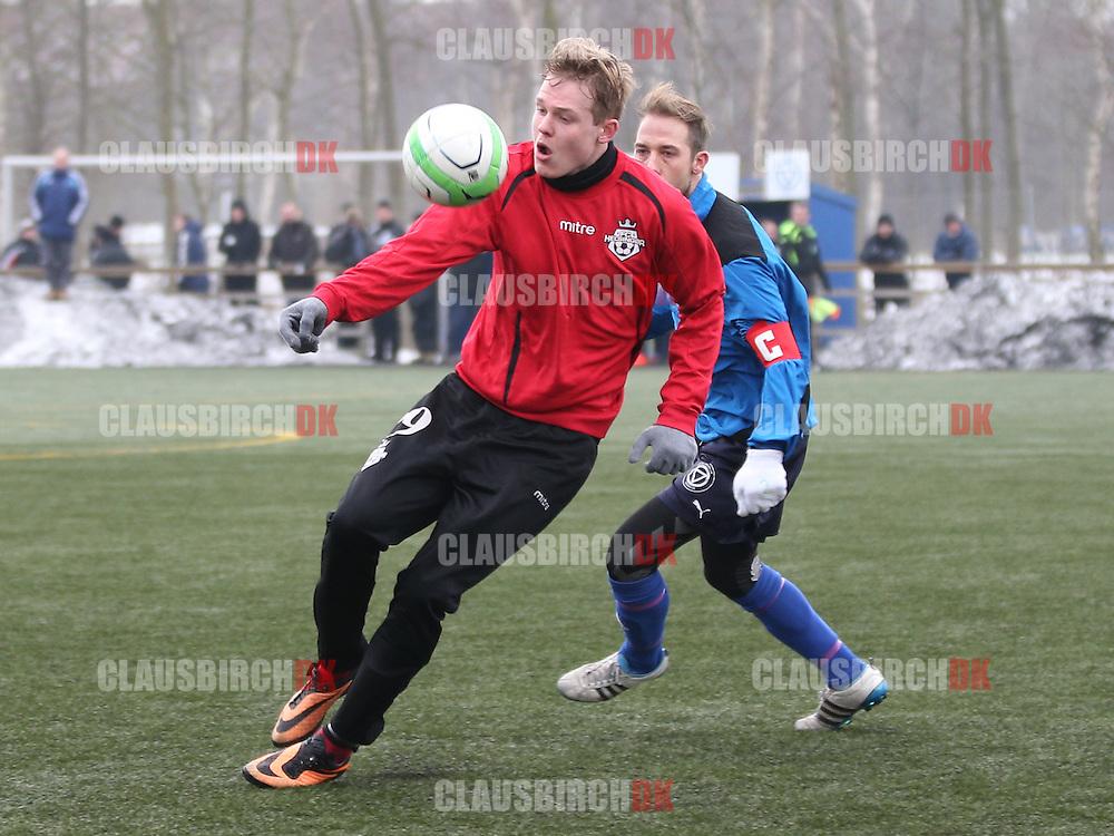 Frederik Frick (FC Helsingør) presses af Toke Morsing (Roskilde KFUM).